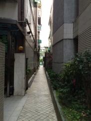 小巷. Narrow alley.